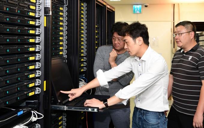 한국표준과학연구원 양자기술연구소 연구팀이 2차원 반도체 물질의 양자전기물성 측정결과를 검증하고 있다. 한국표준과학연구원 제공.