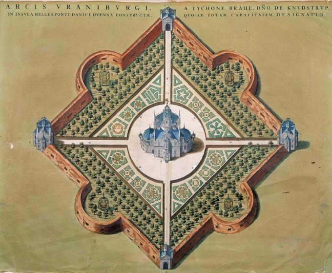 덴마크 벤 섬에 지어진 우라니보르그 천문대. 덴마크 왕 프레데릭 2세는 벤 섬을 통째로 브레헤에게 하사하였고 브레헤는 방대하고 정밀한 관측기록을 남긴다. 위키피디아 제공