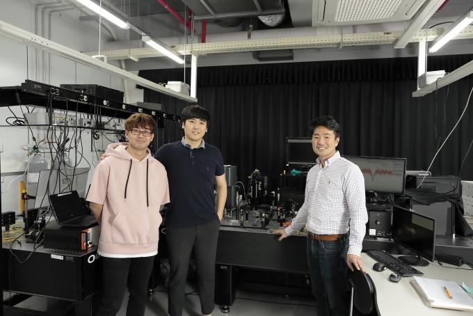 김제형 울산과학기술원(UNIST) 자연과학부 교수팀은 원자 한 개 수준의 두께인 아주 얇은 ′이차원 반도체 물질′과 부분적으로 힘 제어가 가능한 ′실리콘 미세 소자(MEMS)′를 결합해 양자 광원의 위치와 파장을 동시에 제어하는 데 성공했다. UNIST 제공