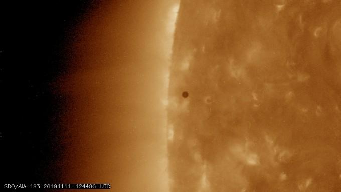 미국항공우주국(NASA)의 태양관측위성(SDO) 광학 관측센서인 대기집합영상(AIA) 193 필터로 촬영한 수성이 태양 단면을 통과하는 모습이다. NASA 제공