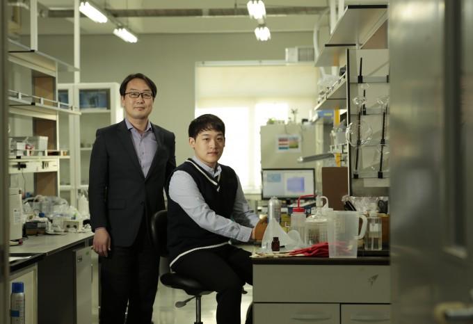 메탄자화균의 대사 경로를 밝혀 산업균주로 활용할 가능성을 제시한 김동혁 UNIST 교수(왼쪽)과 박준영 연구원이 연구실에서 포즈를 취했다. UNIST 제공