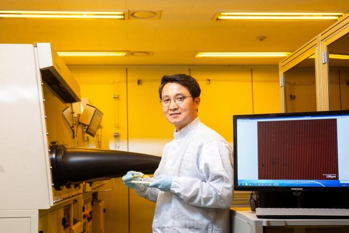 조관현 박사가 유리 기판 위에 구현한 고해상도 OLED를 선보이고 있다. 한국생산기술연구원 제공.