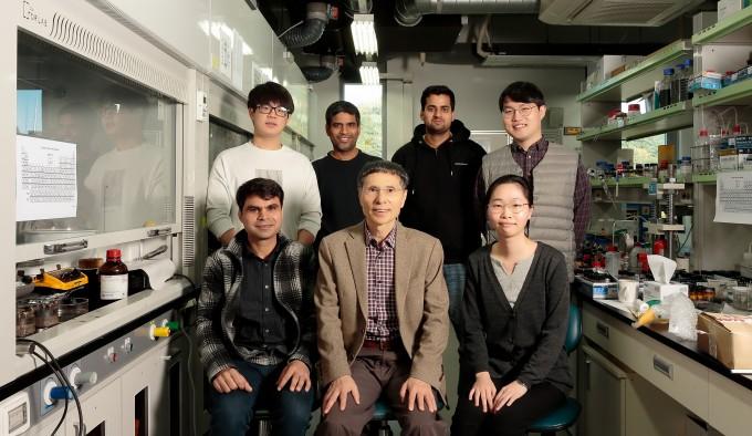김광수 울산과학기술원(UNIST) 화학과 특훈교수(아랫줄 가운데) 연구팀은 물 전기분해의 효율을 기존 상용 촉매보다 25% 높이면서도 가격은 저렴한 촉매를 개발했다고 밝혔다. 울산과학기술원 제공