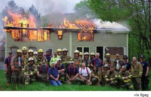 소방관들, 불난 집 앞에서 기념 촬영?