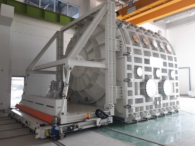 한국건설기술연구원은 이달 5일 경기 고양 건설연 일산본원에서 달 표면의 환경을 그대로 재현하는 세계 최대 크기의 ′지반 열 진공 체임버′를 공개했다. 한국건설기술연구원 제공