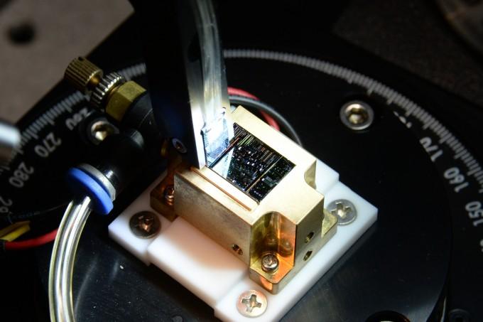 ETRI 연구진이 개발한 50Gbps 실리콘 변조기 모습이다. 중앙 검은색 사각부분이 50Gbps 실리콘 변조기로 200Gbps 광트랜시버의 광송신기에 실제 장착되는 모듈이다. ETRI 제공