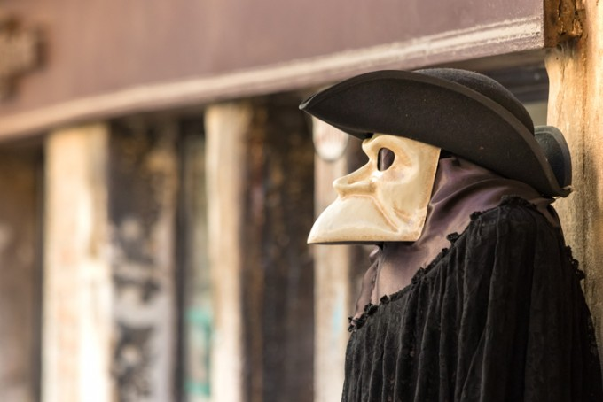 ′닥터 쉬나벨′의 모습이다. 중세시대 유럽의 의사들이 흑사병 환자를 치료하러 갈 때 입었다고 알려진 복장이다. 게티이미지뱅크