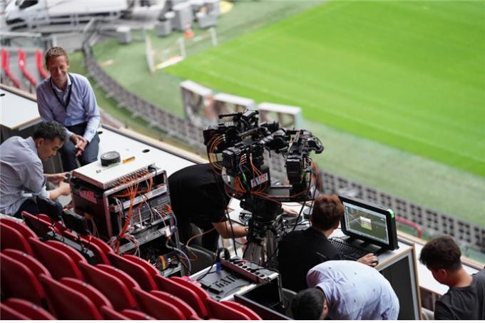 암스테르담 경기장에서 ETRI 연구원이 국제협력기관과 함께 시스템을 설치하고 시험하고 있다. 여러 대의 카메라로 찍은 영상을 자연스럽게 연결한 게 핵심 기술이다. ETRI 제공