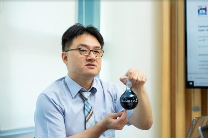 윤창훈 수석연구원이 대표적 전도성 고분자인 PEDOT:PSS에 대해 설명하고 있다. 윤 수석연구원 연구팀은 PEDOT:PSS에 레이저를 쏘아 전기 전도도를 높이는 기술을 개발했다. 동아사이언스 DB