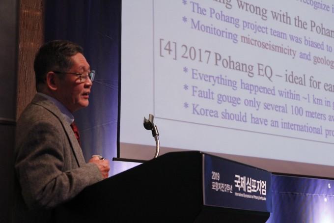 시마모토 토시히코 일본 교토대 명예교수가 이달 15일 서울 중구 밀레니엄힐튼 서울에서 열린 ′2019 포항지진 2주년 국제 심포지엄′에서 발표하고 있다. 조승한 기자 shinjsh@donga.com