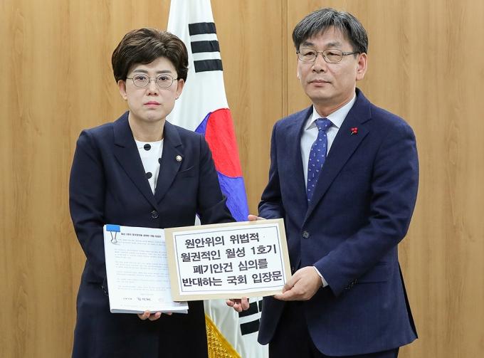 최연혜 자유한국당 의원(왼쪽)은 원자력안전위원회 개최 전 엄재식 원자력안전위원회 위원장을 만나 입장문을 전달했다. 원자력안전위원회 기자단