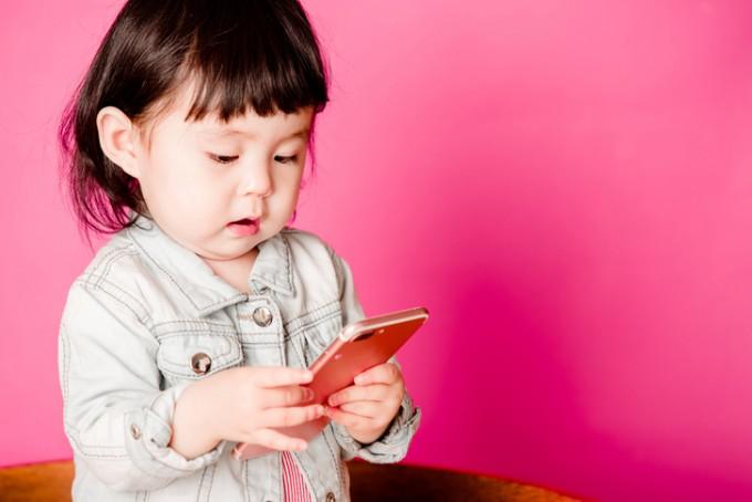 유아들이 만 1세 전후로 컴퓨터나 스마트폰 등 디지털기기에 노출되며, 사용시간도 세계보건기구(WHO)가 권고하는 1시간을 훌쩍 넘는다는 연구결과가 나왔다. 학계에서는 너무 어린 나이에 디지털기기에 과몰입하면 나이가 들면서 사용시간이 점점 길어질 뿐 아니라, 아이의 수면의 질이나 발달 속도에도 영향을 미칠 수 있다고 보고 있다.게티이미지뱅크 제공