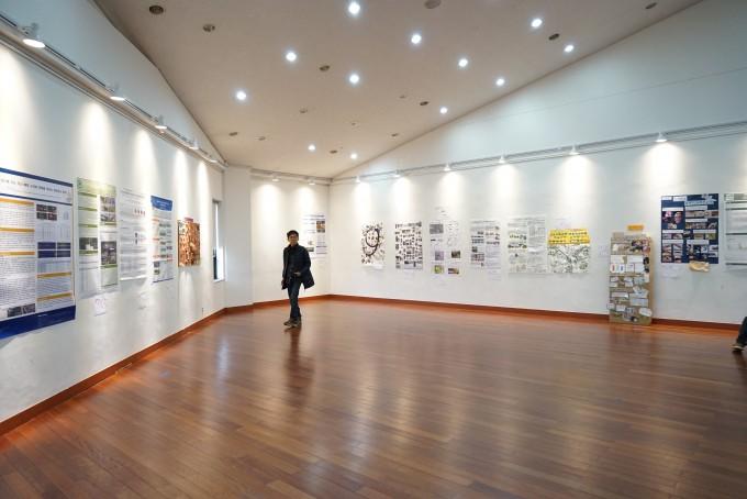 11월 30일, 이화여대 학생문화관에서 열린 시민과학축제에서는 시민과학자들의 포스터와 사진 전시도 열렸다. 한 참가자가 4층 전시실에서 사진을 감상하고 있다.