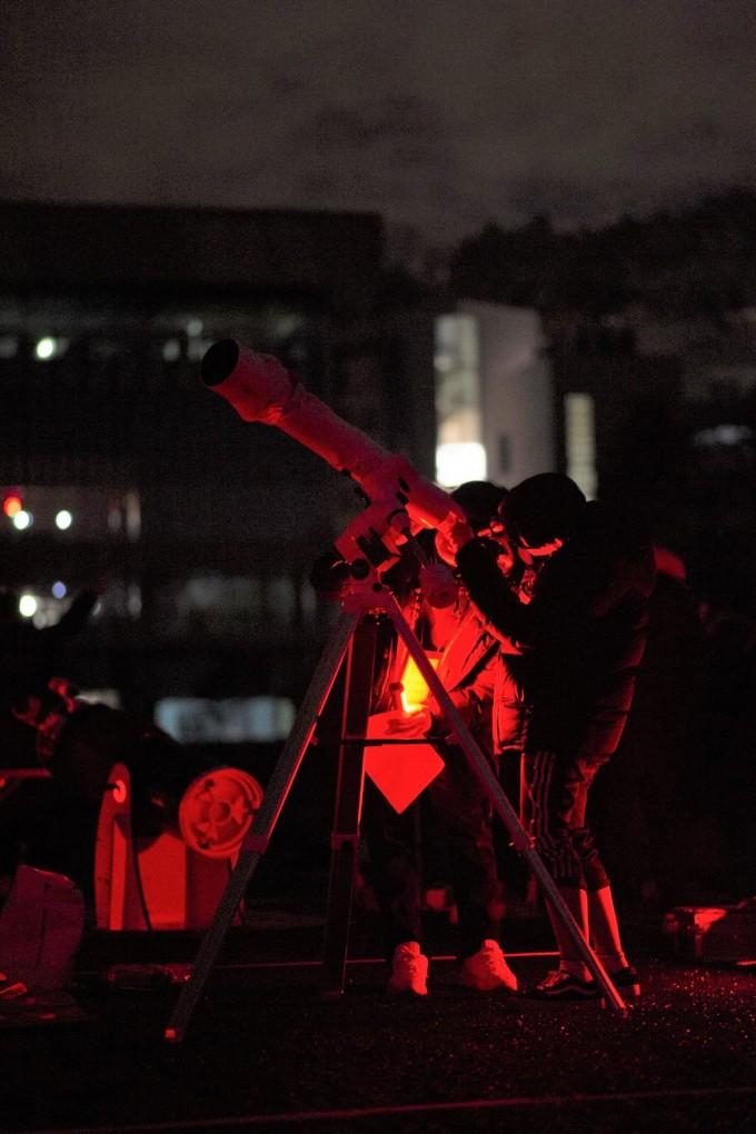 천체관측대회에서 밤하늘을 관측하고 있는 학생들의 모습이다. 한국천문연구원 제공