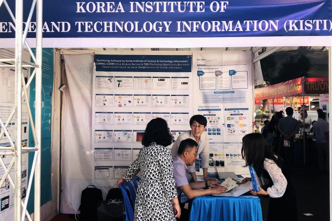 베트남 현지 KISTI 부스에서 에디슨 플랫폼과 COMPAS 시스템을 소개하고 있다. KISTI 제공.