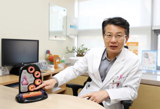 14일 고대구로병원에서 만난 박창규 고대구로병원 심혈관센터 교수(대한고혈압학회 부회장)는 젊은 나이의 고혈압일수록 심뇌혈관질환이 발생할 위험이 커진다며 혈압 관리를 강조했다. 고대구로병원 제공