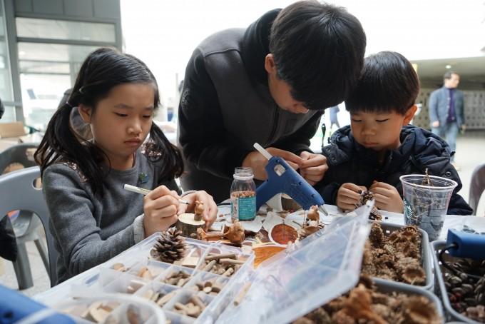 11월 30일, 이화여대 학생문화관에서 열린 시민과학축제에서 참가자들이 부스 전시를 체험하고 있다.