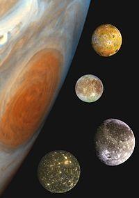 목성과 갈릴레이 위성을 합성하여 만든 사진. 위에서부터 아래로 이오, 유로파, 가니메데, 칼리스토이다. NASA/JPL