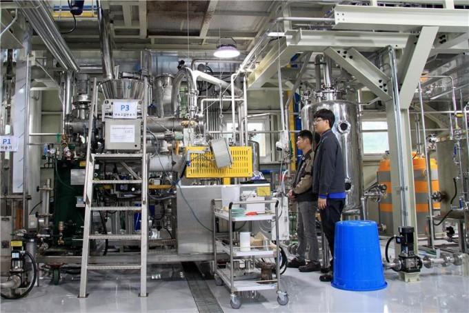 한국화학연구원 유주현 책임연구원팀이 자체 개발한 바이오슈가 생산 시험공장에서 설비를 살피고 있다. 미국, 영국 등 기존의 기술 기업에 비해 경제성 높은 기술을 개발해 상용화가 가능할 것으로 기대된다. 한국화학연구원 제공
