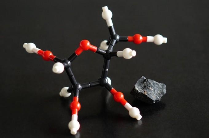 생명에 필요한 리보핵산(RNA)을 구성하는 당인 ′리보오스′의 분자구조와 1969년 호주에 떨어진 ′머치슨 운석′ 조각의 모습이다. 후루카와 요시히로 일본 도호쿠대 지구과학부 교수팀은 이 운석에서 리보오스를 찾아내 생명체가 외계행성에서 왔을 수도 있다는 가능성을 보여줬다. 후루카와 요시히로 제공