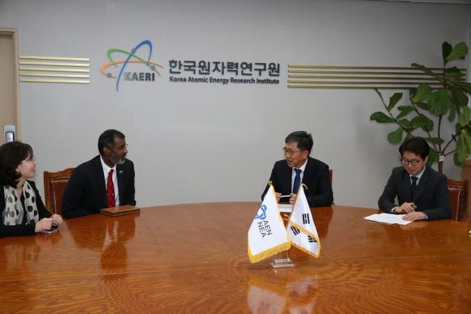 한국원자력연구원 박원석 원장과 맥우드 OECD NEA 사무총장이 27일 면담하고 있다. 한국원자력연구원 제공