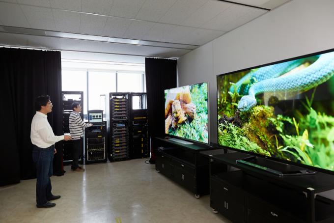 ETRI 연구팀이 4K UHD 방송기술을 시연하고 있다. ETRI 제공