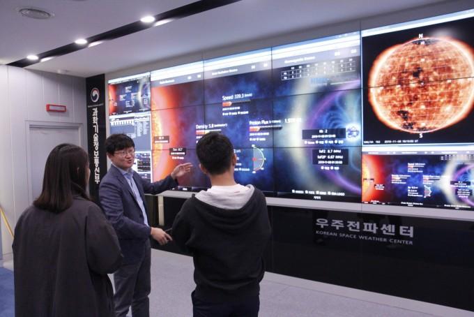 김정훈 우주전파센터장(가운데)이 교육생들에게 우주전파를 예측하는 데 필요한 태양활동 자료를 설명하고 있다. 조승한 기자 shinjsh@donga.com