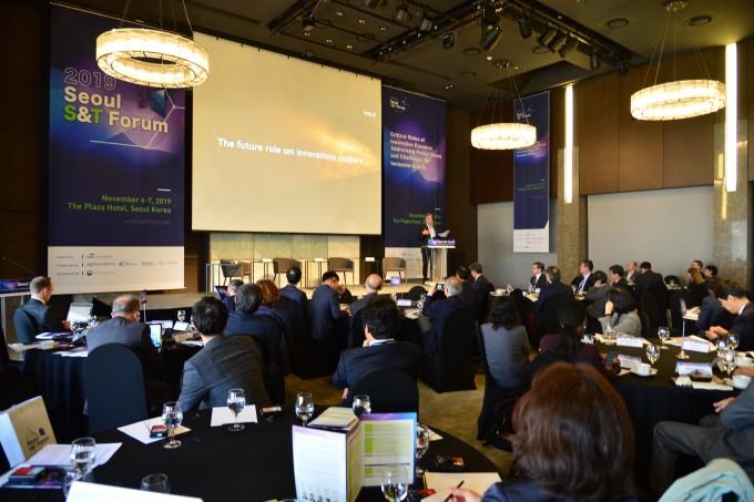이달 6일 서울 중구 더플라자 호텔에서는 국내 클러스터가 세계적인 혁신 클러스터로 성장하기 위한 발전 방향을 듣기 위한 자리인 ′2019 서울 과학기술 포럼′이 열렸다. 한국과학기술연구원 제공