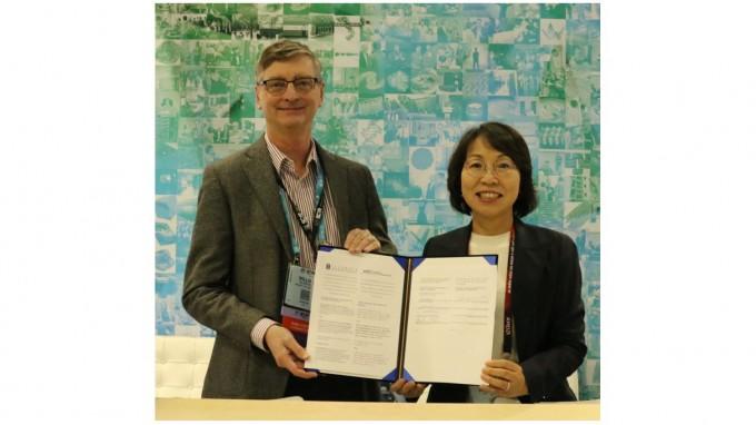 한국과학기술정보연구원(KISTI)이 세계적 슈퍼컴퓨팅센터인 미국 국가슈퍼컴퓨팅응용센터(NCSA)과 슈퍼컴퓨팅 관련 협력에 나서기로 했다. 왼쪽은 빌 그롭 NCSA 소장이고, 오른쪽 최희윤 KISTI 원장이다. KISTI 제공