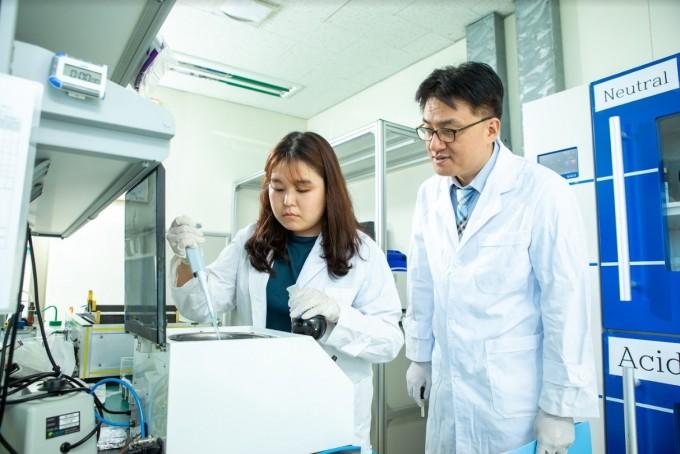 윤창훈 수석연구원은 소재와 공정에 대한 이해를 바탕으로 새로운 기술을 개발하는 데 성공했다. 동아사이언스DB