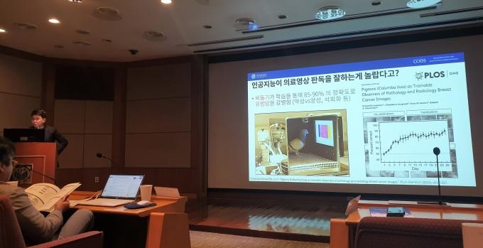 김휘영 연대 신촌세브란스 영상의학과 방사선의학연구소 교수가 의료 AI가 의료 데이터를 학습해 판독하는 원리를 설명하고 있다. 이정아 기자