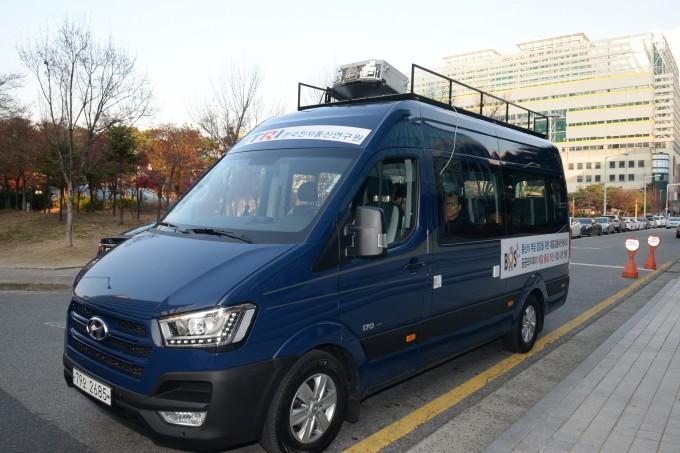 한국전자통신연구원(ETRI)은 28일 대전 서구 대전광역시청 인근에서 속도를 대폭 올린 버스용 와이파이 통신시스템 시연에 성공했다고 29일 밝혔다. ETRI 제공