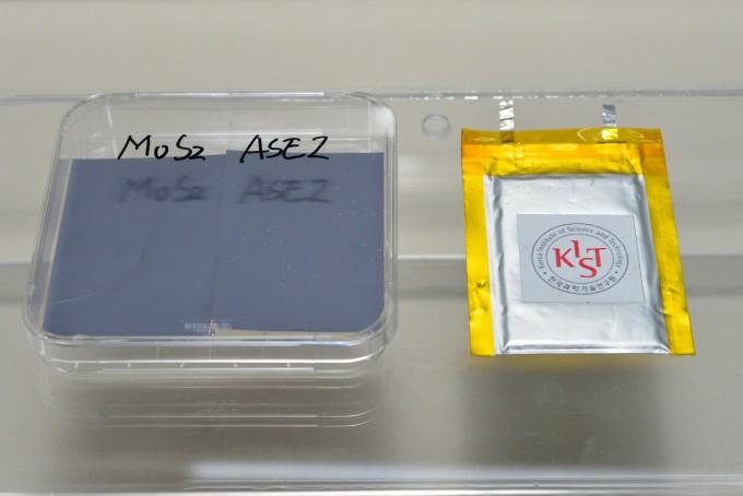 이황화몰리브덴 기반의 인조보호막 소재가 전사된 음극재(왼쪽)와 리튬- 알루미늄 합금에 초박막 인조보호막이 적용된 음극재를 활용한 파우치 형태의 리튬 금속전지 실물. KIST 제공.
