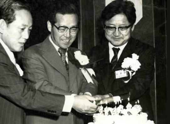 1975년, 한국 엔지니어회관 개관기념 리셉션에서 기념케이크를 자르는 당시 김종필 국무총리와 최형섭 과학기술처장관의 모습. 연합뉴스 제공