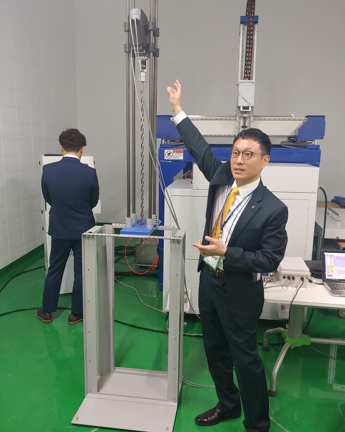 이장근 극한환경연구센터 센터장이 극한 환경 드릴을 소개하고 있다. 조승한 기자 shinjsh@donga.com