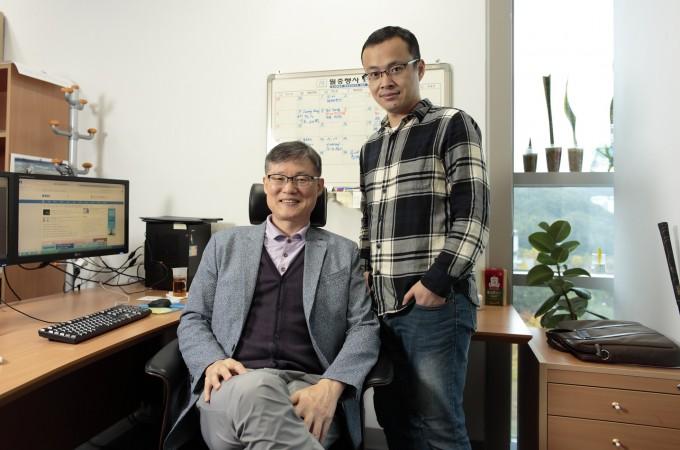 쇠구슬을 이용해 그래핀을 쉽게 도핑할 방법을 개발한 백종범 UNIST 교수(왼쪽)과 한가오펑 연구원이 연구실에서 포즈를 취했다. UNIST 제공