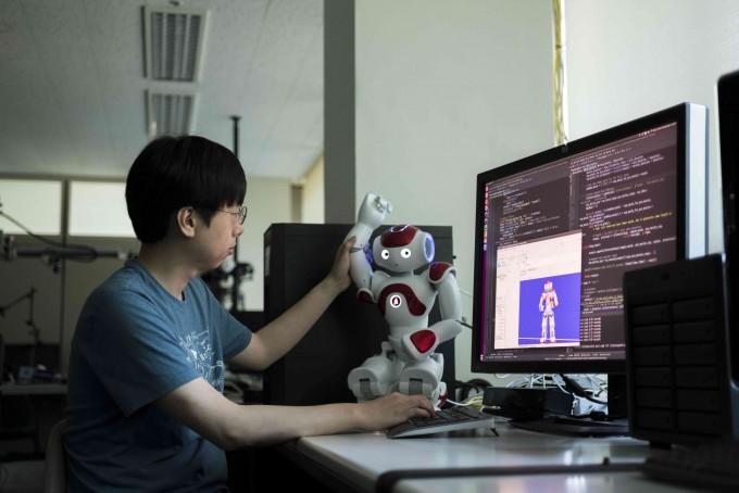 ETRI 연구진이 수집한 데이터와 모형을 통해 휴먼케어 로봇을 연구하고 있다. ETRI 제공