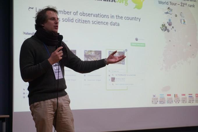 11월 30일 이화여대 학생문화관 지하 1층에서 열린 시민과학축제 1부에서 아마엘 볼체 중국 난징임업대 교수가 시민과학 데이터의 정확도에 대해 설명하고 있다.