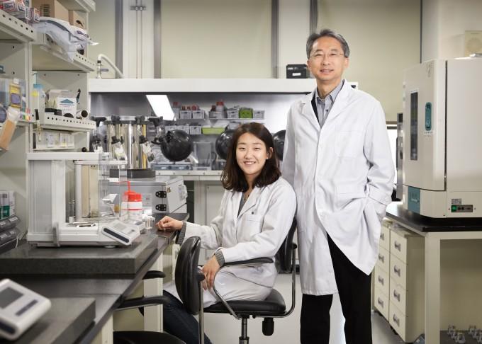 연구논문 제1저자인 김세희 박사(왼쪽)과 이상영 교수. UNIST 제공.