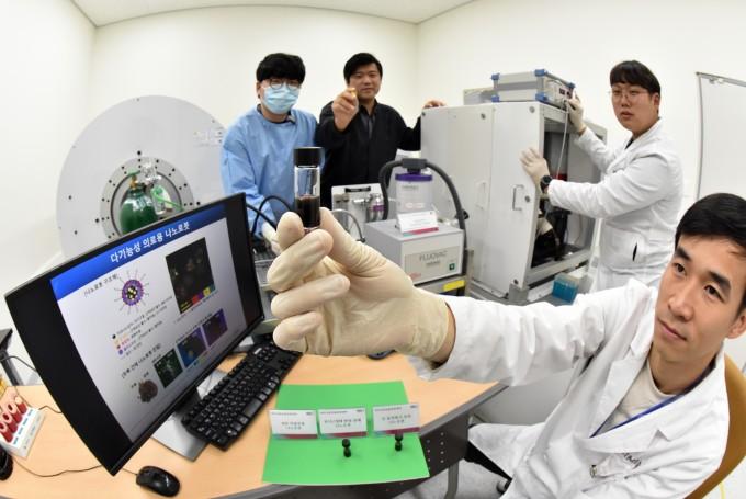 최은표 한국마이크로의료로봇연구원 연구부장(전남대 기계공학부 교수, 뒤에서 가운데) 연구팀은 고형암을 진단하는 동시에 치료도 가능한 다기능성 의료용 나노로봇을 개발하는 데 성공했다. 한국마이크로의료로봇연구원 제공