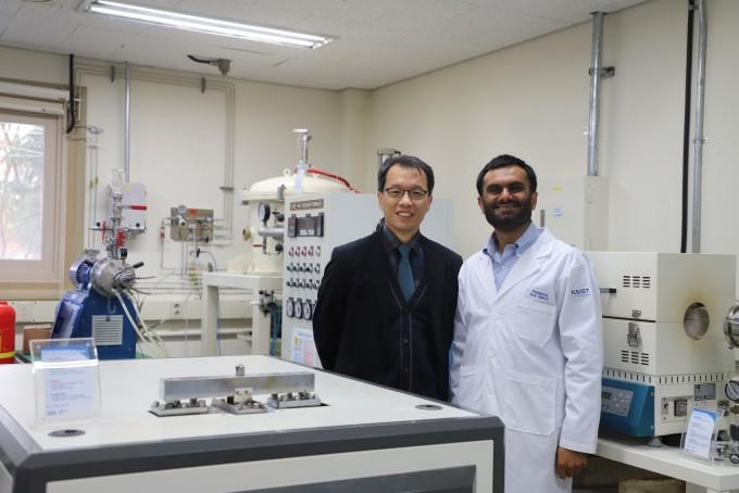 류호진(왼쪽) KAIST 원자력및양자공학과 교수 연구팀은 방사성 요오드를 저장하고 처분할 수 있는 신소재 기술을 개발했다. 오른쪽은 제1저자로 연구에 참여한 무흐무드 하산 연구원이다. KAIST 제공