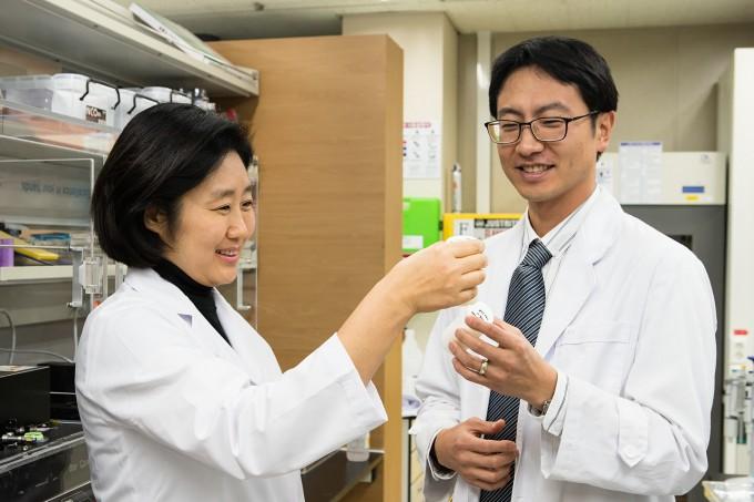 임현의(왼쪽) 한국기계연구원 나노융합기계연구본부 나노자연모사연구실장 연구팀이 생분해성 키토산을 이용한 나노입자 코팅 공정으로 자기세정과 반사방지 기능을 갖는 유리를 만들었다. 오른쪽은 제1저자로 연구에 참여한 박승철 연구원이다. 한국기계연구원 제공