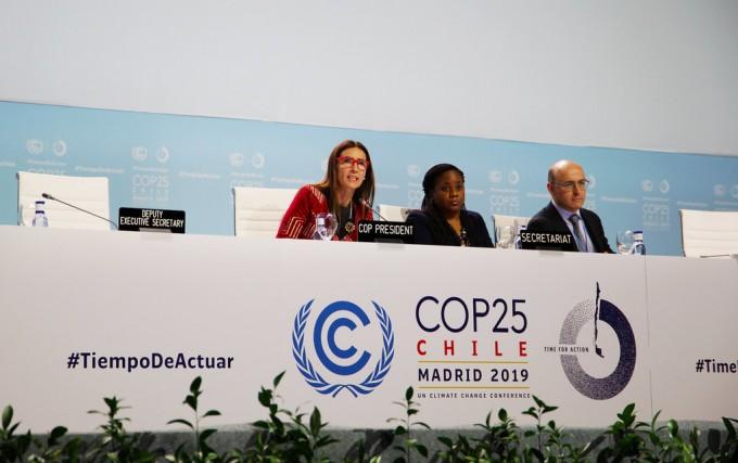스페인 마드리드에서 개최된 제25회 유엔 기후변화협약 당사국총회(COP25)가 막바지 합의문 작성에 진통을 겪고 있다. 사진은 COP25 의장인 캐롤라이나 슈미트 칠레 환경부 장관(왼쪽) 등이 200여개국 대표단과 회의를 하는 모습이다. UNFCCC 제공