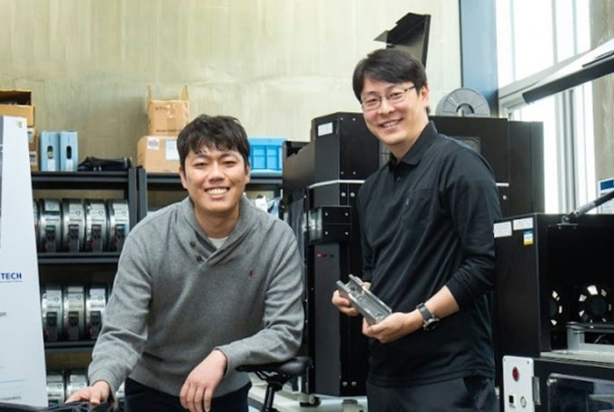 지난 10월 22일 경기 시흥에 위치한 링크솔루션 사무실에서 손용(오른쪽) 한국생산기술연구원 3D프린팅제조혁신센터 수석연구원과 최근식(왼쪽) 링크솔루션 대표를 만났다. 링크솔루션은 손 박사의 기술지원을 받고 있다. 동아사이언스 DB