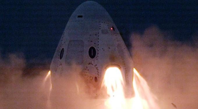 스페이스X의 유인 우주선 ′크루 드래건′이 이달 11일 엔진 점화 시험을 거치는 모습이다. 미국항공우주국 제공