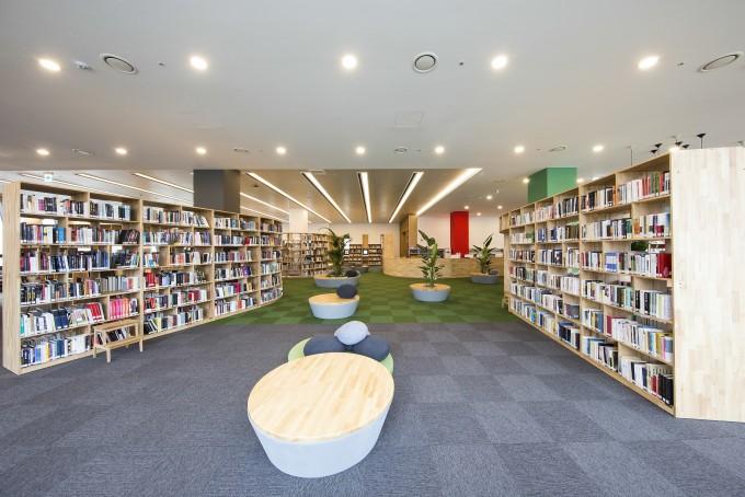 IBS 과학문화센터 1층에 있는 과학도서관에는 일반 도서관에서 접하기 힘든 교양 과학서적과 과학다큐, 해외 과학잡지 등 2만 여권이 마련돼 있다. 교양과학 분야 원서 3700여 권을 비롯해 소장 자료의 60% 이상이 과학도서다. IBS 제공