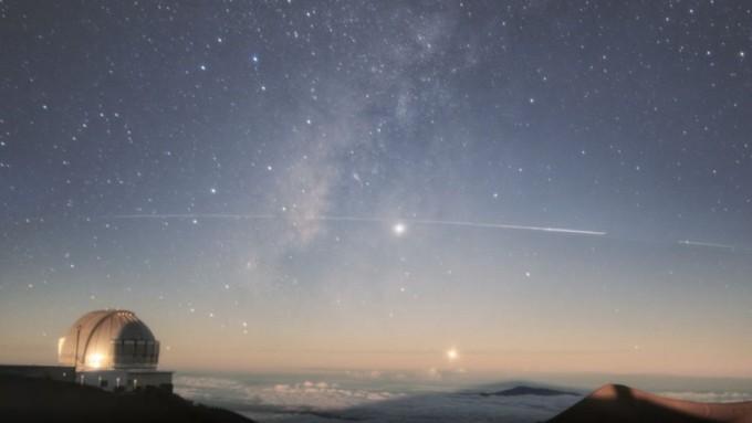 미국 하와이주 제미니천문대에서 포착한 스타링크 인공위성. 별처럼 흰 선을 그리며 지나간다. 제미니천문대 제공