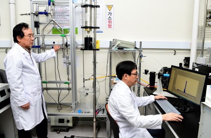 이재용 책임연구기술원(왼쪽), 정진상 책임연구원이 초미세먼지 입경분립장치 성능평가를 수행하고 있다. 표준과학연구원 제공.