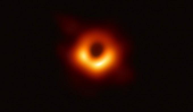 지난 4월 세계 전문가 300여 명으로 이뤄진 국제공동연구팀은 전 세계 6개 대륙 8개의 대형 전파망원경을 연결한 이벤트 호라이즌 망원경을 이용해 지구로부터 5500만 광년 떨어진 은하 메시에87(M87) 중심에 있는 초대질량블랙홀을 관측해 빛이 반지 모양으로 휘감긴 듯한 블랙홀의 그림자를 촬영했다. ETH, 네이처 제공