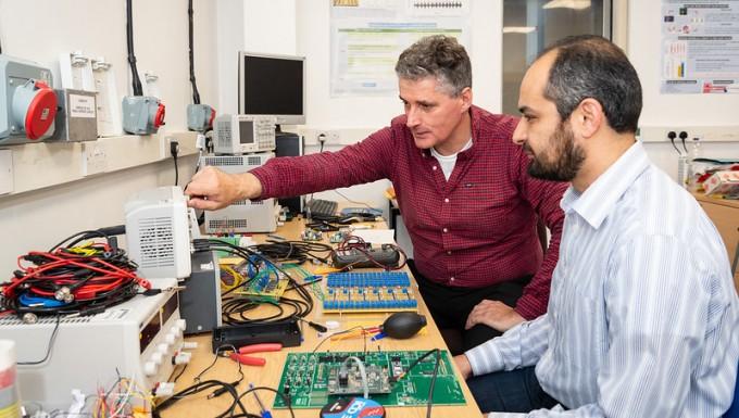 알랭 노가레 영국 바스대 물리학과 교수(왼쪽)와 카말 아부핫산 바스대 물리학과 연구원(오른쪽)이 인공 뇌세포의 전기적인 활동을 관찰하고 있다. 영국 바스대 제공